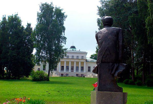 Памятник Тютчеву и усадьба поэта в Овстуге