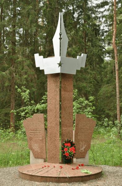 Памятник военным журналистам недалеко от Партизанской поляны
