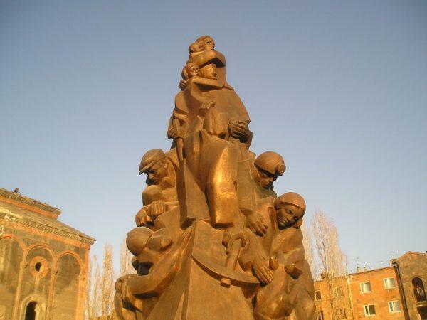 Памятник жертвам землетрясения