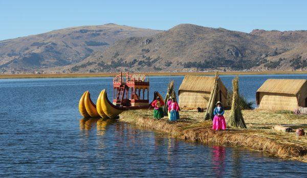 Плавучие острова Урос, тростниковые лодки на озере Титикака и коренные жители