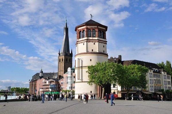 Площадь Бургплац и Замковая башня в Дюссельдорфе