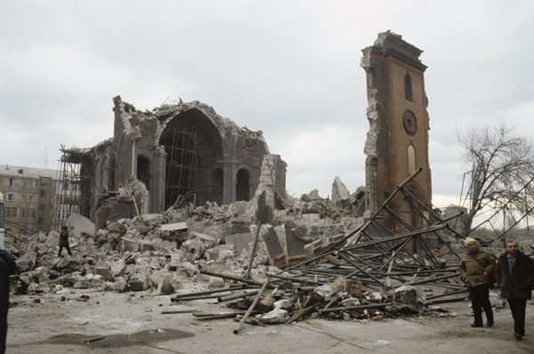 Последствия разрушения Гюмри после землетрясения