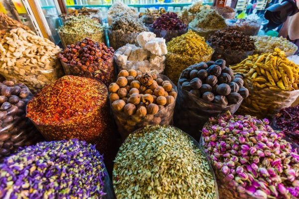 Прилавок рынка специй в Дубае