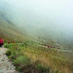 Дорога инков в тумане и туристическая группа