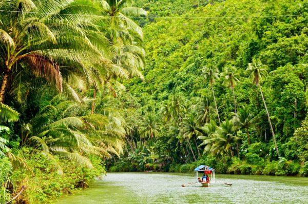Лодка в глубине джунглей, плывущая по Амазонке