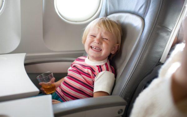 Ребёнок в самолёте плачет