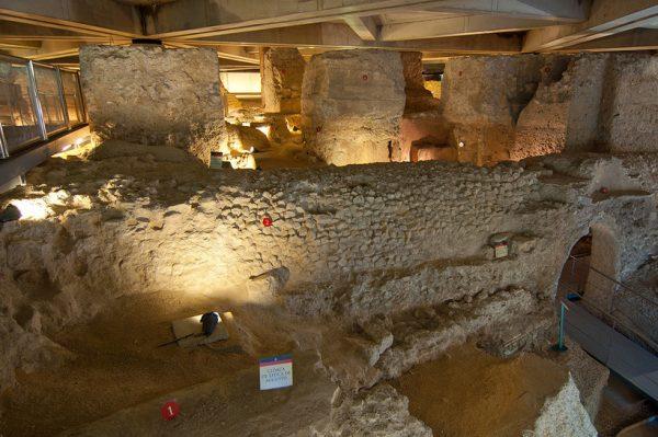 Руины древнего форума в Музее форума Цезаря Августа в Сарагосе