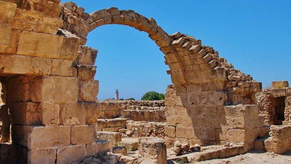 Руины замка Саранта Колонес