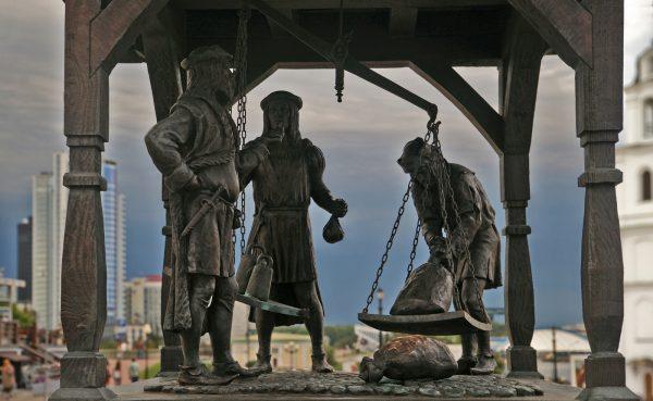 Скульптура «Городские весы»