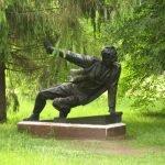 Скульптура «Партизан в засаде»
