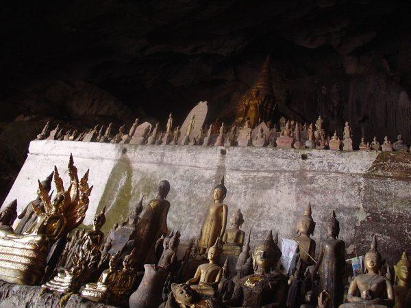 Статуи Будды в пещерах Паку