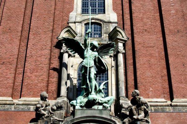 Статуя архангела Михаила над входом в храм