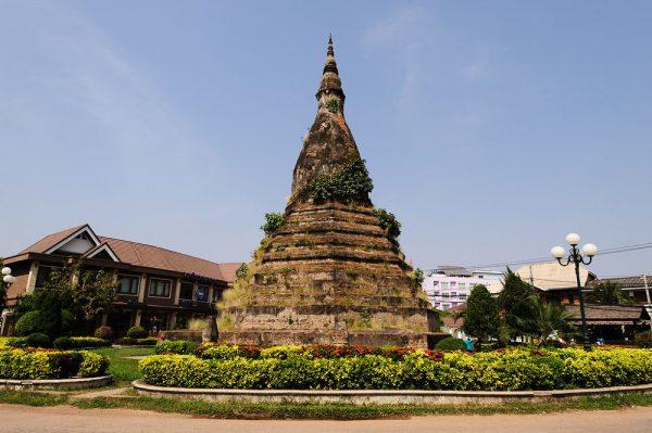 Ступа Тхат Дам в центре Вьентьяна