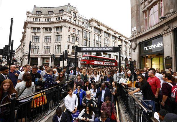 Толпа людей у входа в лондонское метро