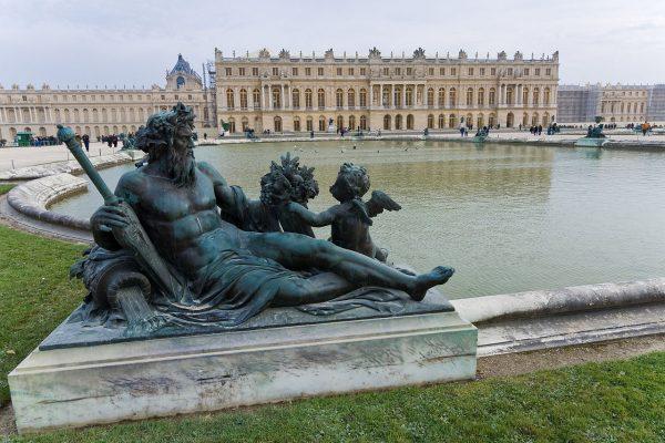 Вид из парка на Версальский дворец