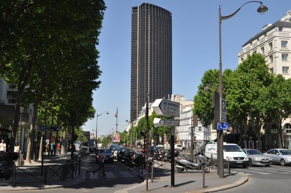 Вид на башню Монпарнас в Париже