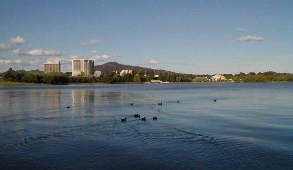 Вид на озеро Бёрли-Гриффин в Канберре