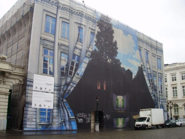 Внешнее оформление музея Магритта в Брюсселе