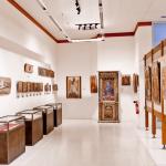 Выставочный зал с древними крестами