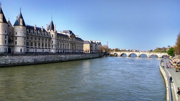 Замок Консьержери и вид на набережную Сены в Париже