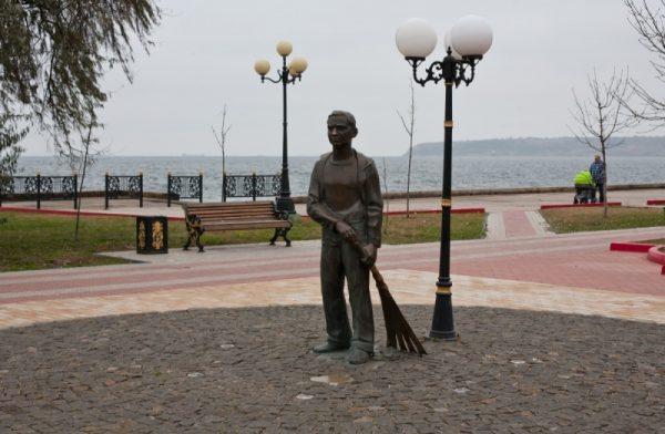 Памятник «Школьник-дворник»