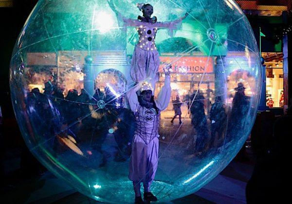 Акробаты выступают на площади вечером