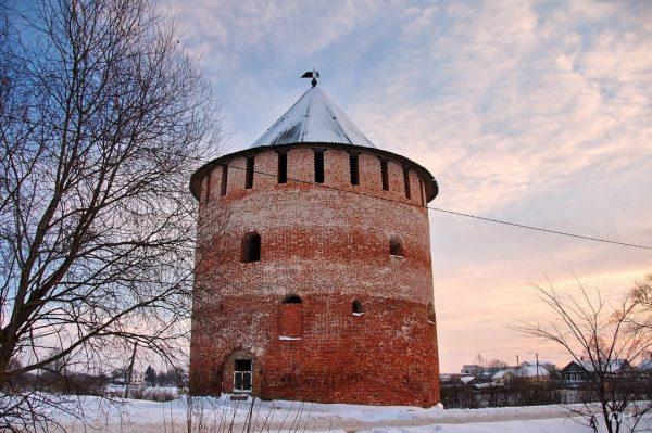 Алексеевская башня недалеко от центра Великого Новгорода