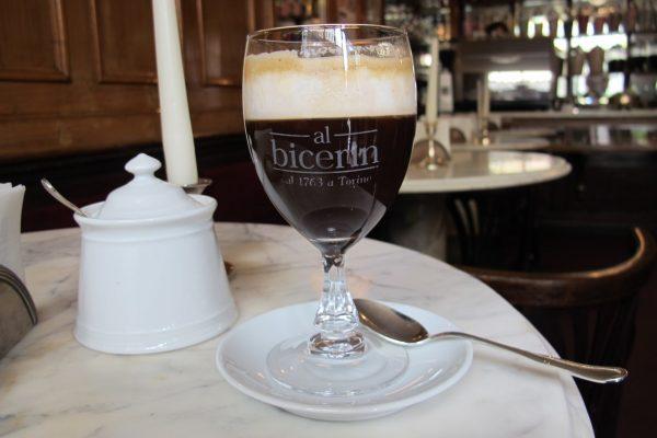 Бокал напитка бичерин