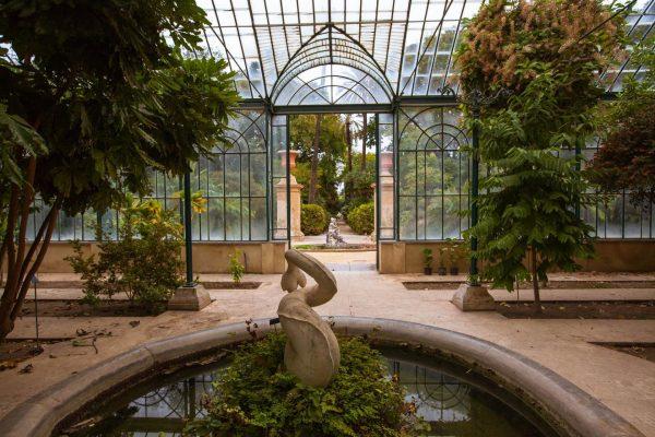 Декоративный фонтан со скульптурой в ботаническом саду Палермо