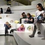 Дети на ступеньках музея