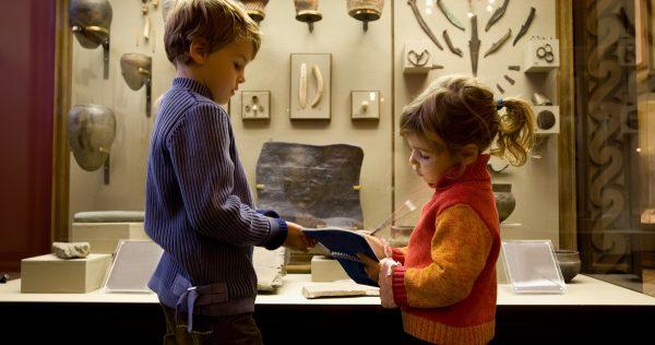 Девочка и мальчик в музее