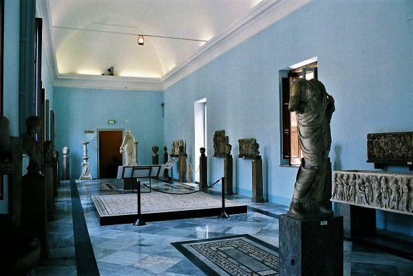 Древние статуи в археологическом музее Палермо