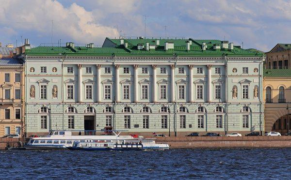 Эрмитажный театр на набережной в Санкт-Петербурге