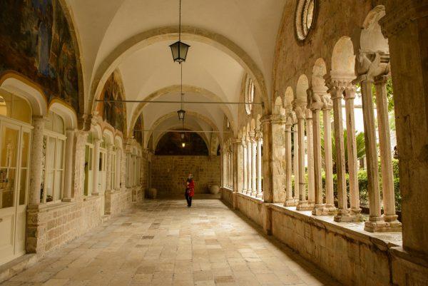 Галерея францисканского монастыря в Дубровнике с колоннадой