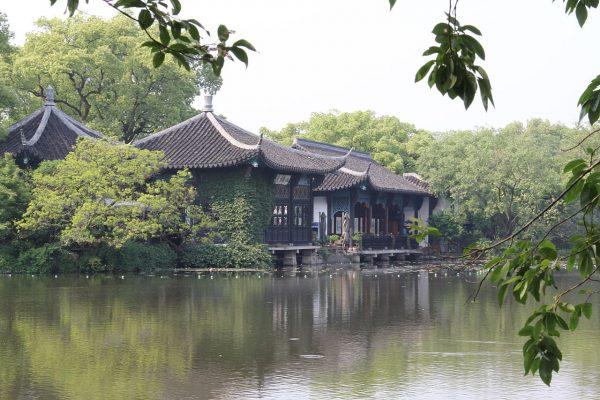 Храм на берегу озера Сиху недалеко от Ханчжоу