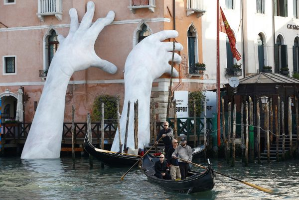 Скульптура «Поддержка» (Support) Лоренцо Куинна в Венеции