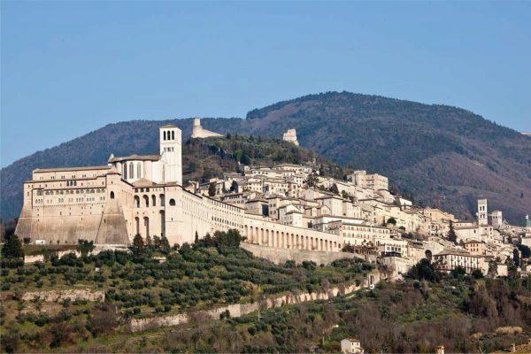 Итальянский город Ассизи на холме