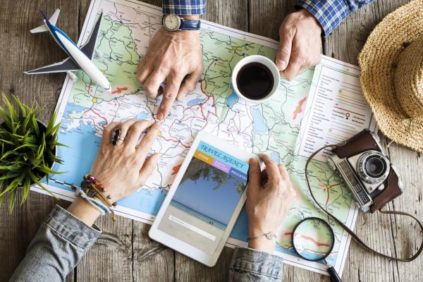 Карта, телефон, фотоаппарат и игрушечный самолёт