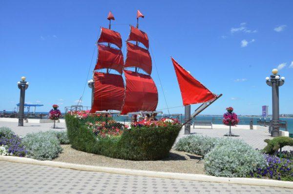 Корабль с алыми парусами на набережной Анапы