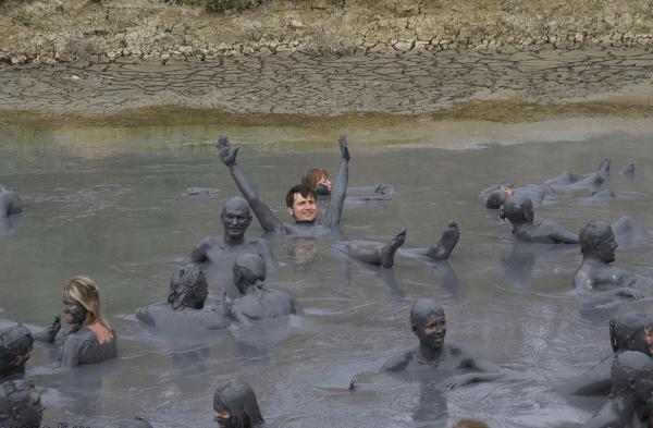 Люди купаются в лечебной грязи в пос. Витязево