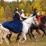 Люди в костюмах верхом на лошадях