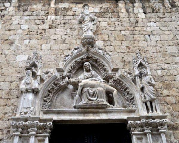 Люнет портала францисканского монастыря в Дубровнике