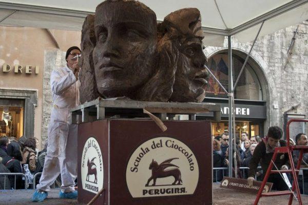 Мастер делает скульптуру из шоколада