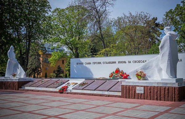 Мемориальный комплекс, изображающий красноармейца периода гражданской войны и солдата Великой Отечественной войны