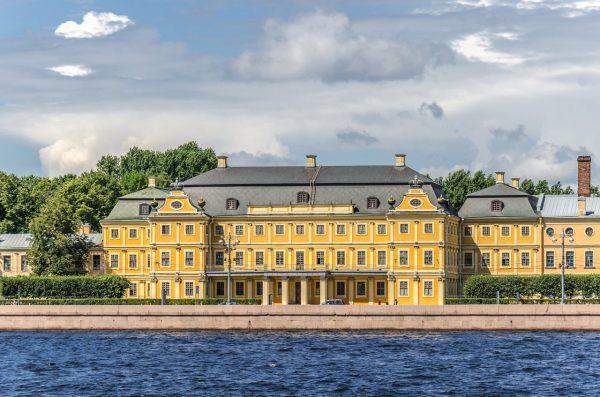 Меншиковский дворец на набережной Санкт-Петербурга
