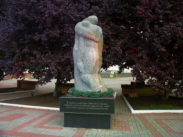 Монумент «Выстрел в спину» в Симферополе