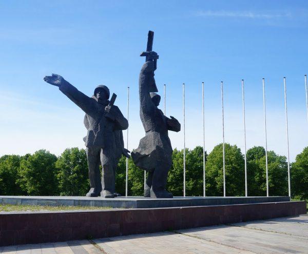 Монумент освободителям в парке Победы в Риге