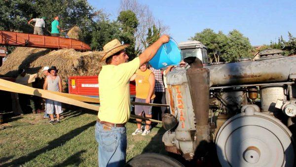 Мужчина заправляет технику для сбора урожая