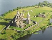 На острове Кижи можно увидеть уникальный архитектурно-исторический комплекс – шедевры русского зодчества