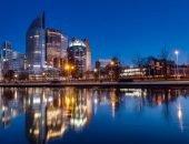 Ночная Гаага отражается в воде